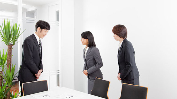 Việc chào hỏi lễ phép luôn được lưu ý tại công sở Nhật Bản